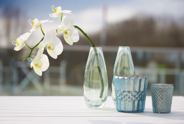 Vaasjes, theelichtjes, potjes en bloemen